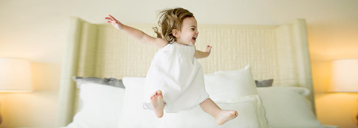 Фото детей прыгающих на диване 86